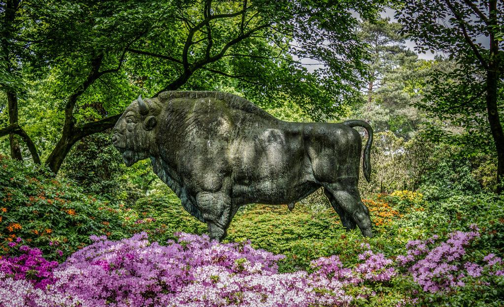 Wisent-Skulptur im Rhododendron-Park Bremen