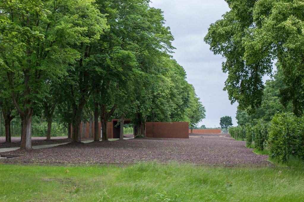 Gelände des Konzentrationslagers Esterwegen mit Blick auf ein Innentor