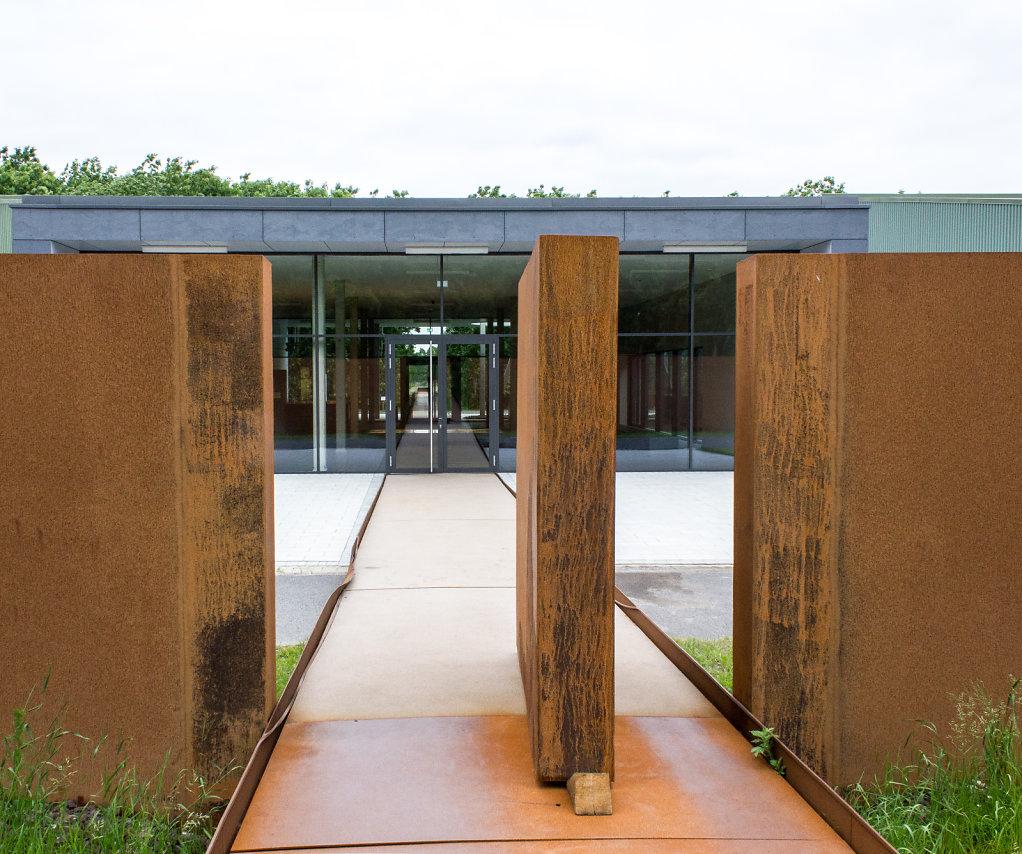 Blick durch ein Seitentor des Konzentrationslagers Esterwegen